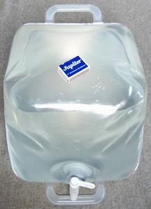 Wasserkanister faltbar Politainer 20L gefuellt mit Groessenvergleich